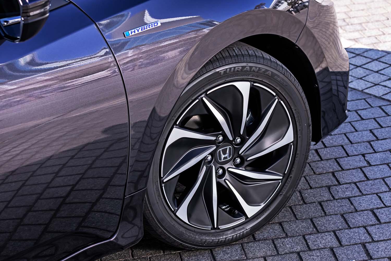 タイヤサイズは前後とも215/50R17 で、試乗車は「ブリヂストン・トランザER33」を装着していた。マットブラックのカラーを採用するホイールは「EX・ブラックスタイル」の専用アイテムとなる(デザインは「EX」と共通)。
