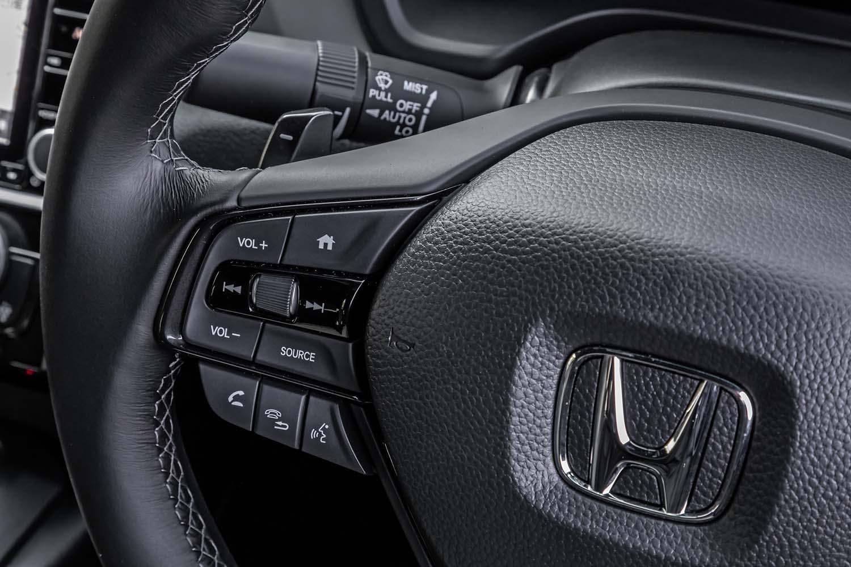 シフトパドルに似たデザインを持つ減速セレクターが、ステアリングホイールの裏側に備わっている。アクセルオフ時の減速度を3段階に調整可能で、左側のスイッチが減速を強め、右側のスイッチ減速を弱める働きを持つ。スポーツモード時にこのスイッチを操作すると、減速度が固定される。中央部を指先で上下に動かすことで、マルチインフォメーションディスプレイの各表示を切り替え可能なセレクターホイールを左側に配置する。