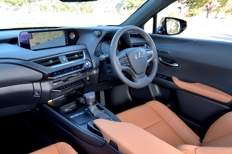 インストゥルメントパネルが車外にまで続いているように見えるデザインとすることで、視覚的な開放感を演出している。