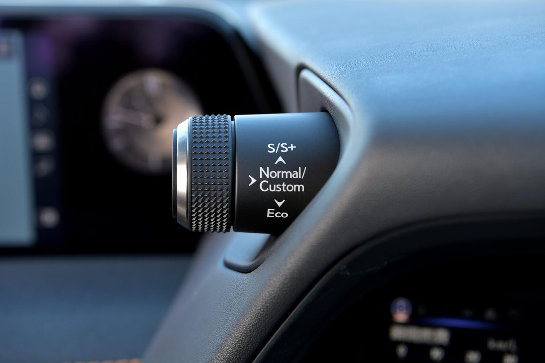メーターバイザーの左側には、ドライブセレクターが備わる。モードは「エコ」「ノーマル」「スポーツS」「スポーツS+」、そして「カスタム」の全5種類。