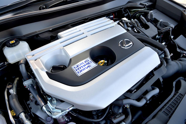 最大熱効率40%を実現したという2リッター直4自然吸気エンジンにモーターを組み合わせた、「UX250h」のハイブリッドユニット。
