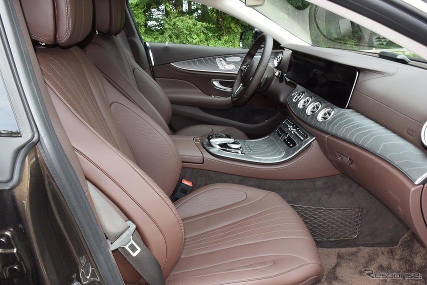 内装はボルドー的な色合い。少々エロティックな雰囲気で、スペシャリティカーにはなかなか似合っていた。