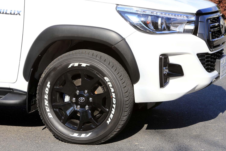 """「Z""""ブラックラリーエディション""""」では、ブラック塗装の18インチアルミホイールに、ホワイトレターの265/60R18サイズタイヤを装着している。"""