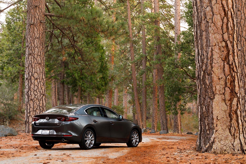 従来モデルと同じく、新型「マツダ3」にも5ドアハッチバックと4ドアセダンの両モデルがラインナップされる。