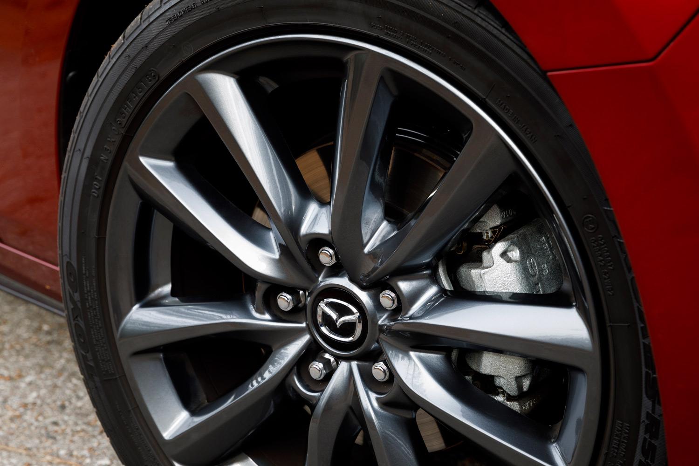 北米仕様の資料によると、ハッチバックのタイヤサイズは215/45R18が標準。テスト車のタイヤは「トーヨー・プロクセスR51A」だった。