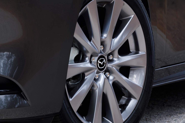 セダンのタイヤサイズは、北米仕様では205/60R16が標準で、215/45R18サイズはオプション扱いとなっている。テスト車にはオールシーズンタイヤの「トーヨー・プロクセスA40」が装着されていた。
