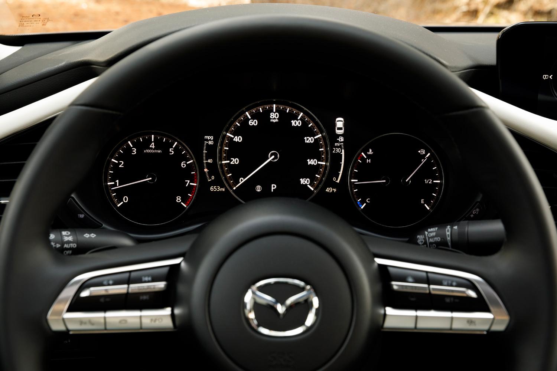 メーターパネルは3眼式で、一部改良を受けた「アテンザ」や「CX-8」などと同じく、中央が速度計の機能を兼ねたTFT液晶ディスプレイとなっている。