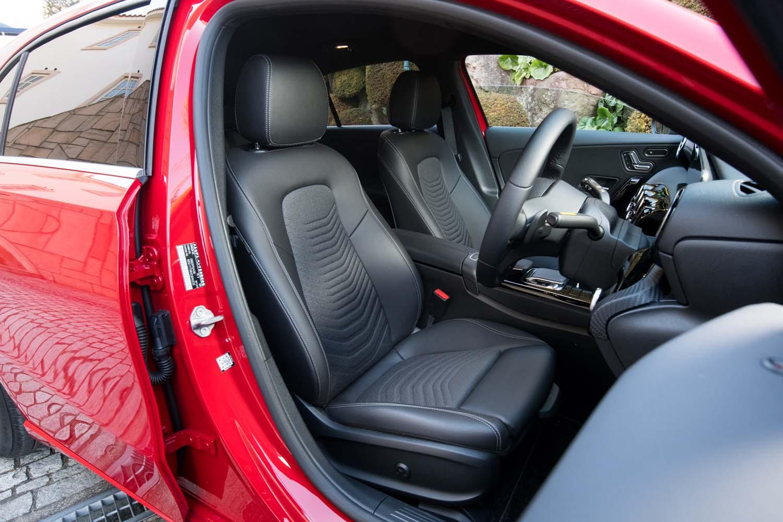 前席の空間は、従来モデルよりもヘッドルームが7mm、ショルダールームが9mmそれぞれ拡大したと説明される。