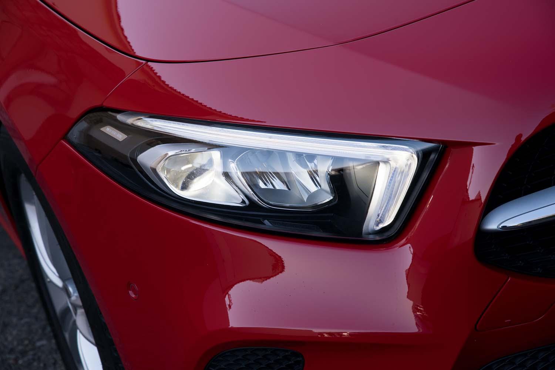 新型「CLS」から採用されているつり目のヘッドライト。くの字型のポジションランプはウインカーとしても機能する。