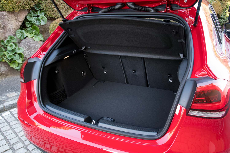 荷室は従来型よりも奥行きが115mm、幅が225mmそれぞれ拡大し、容量は29リッターアップの370リッターとなっている。開口部の幅も200mm広くなった。