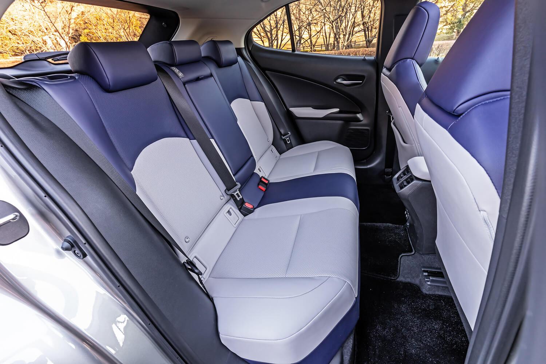 リアシートは広いとは言えないが、大人2人がストレスなく座れるスペースを確保していた。本革シートの表皮は、フロントシートに合わせたデザインとカラーリング。シートバックを前方に倒し、荷室を拡大することも可能だ。
