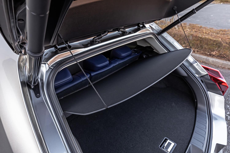 トノカバーは、ソフトな素材を使用した折りたたみ式。不要の場合は付属のケースに入れ、アンダーデッキにしまえる。試乗車には、足の動作でハッチゲートの開閉が行える「ハンズフリーパワーバックドア」が装備されていた。