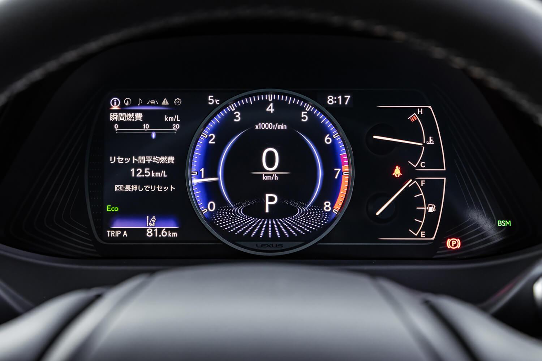 走行モードごとにデザインが切り替わるメーター。7インチの液晶画面を使用している。速度やナビ、レーントレーシングアシストなどを表示するカラーヘッドアップディスプレイも装備している。