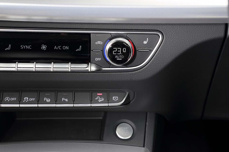 センターコンソールには、下り坂などで自動的に車速を一定にコントロールするヒルディセントコントロールの作動スイッチがレイアウトされている。