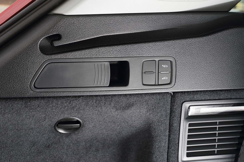 エアサスペンション装着車には、荷室のサイドにリアアクスルの車高調整スイッチが備わる。