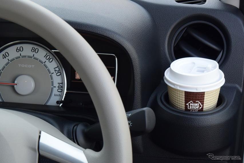 運転席の右手にはカップホルダーが。長時間ドライブ時、手元にホルダーがあるのは便利である。