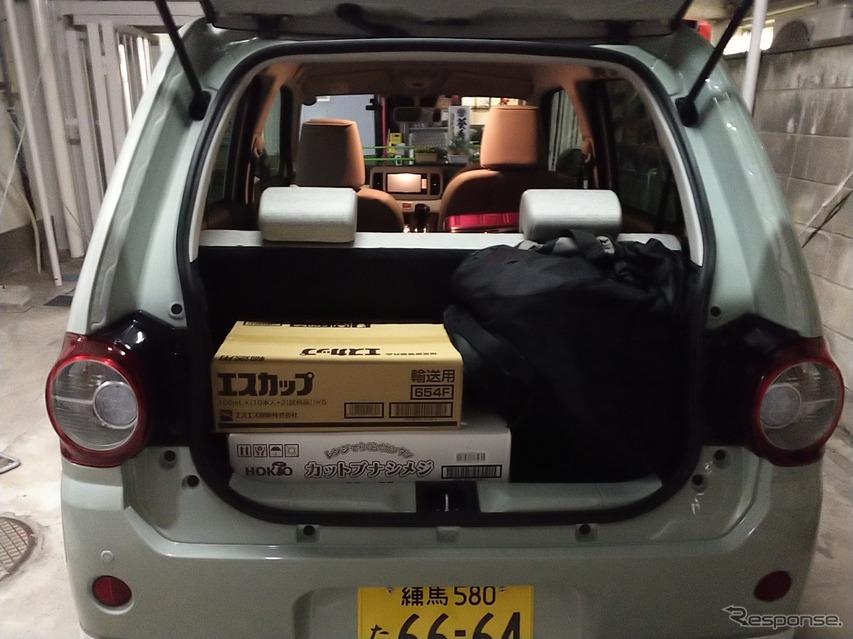 後席にスペースを食われ、荷室はミニマム。しかし大型ボストンバッグやりんごを詰め込んだ小型段ボールを乗せる程度の余裕はある。大型トランクは後席に積んだ。