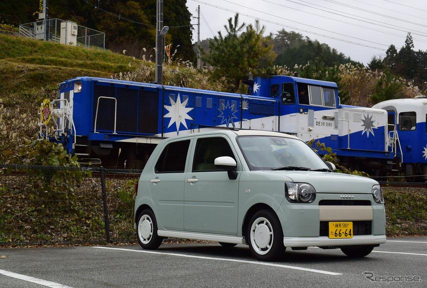 """ミラトコット「G""""SA III""""」。島根の中国山地奥部を走る木次線のトロッコ列車「奥出雲おろち号」と出会ったので記念写真を撮った。引っ張るディーゼル機関車はボンネットタイプのDE10型。やっぱりかっこいい。"""