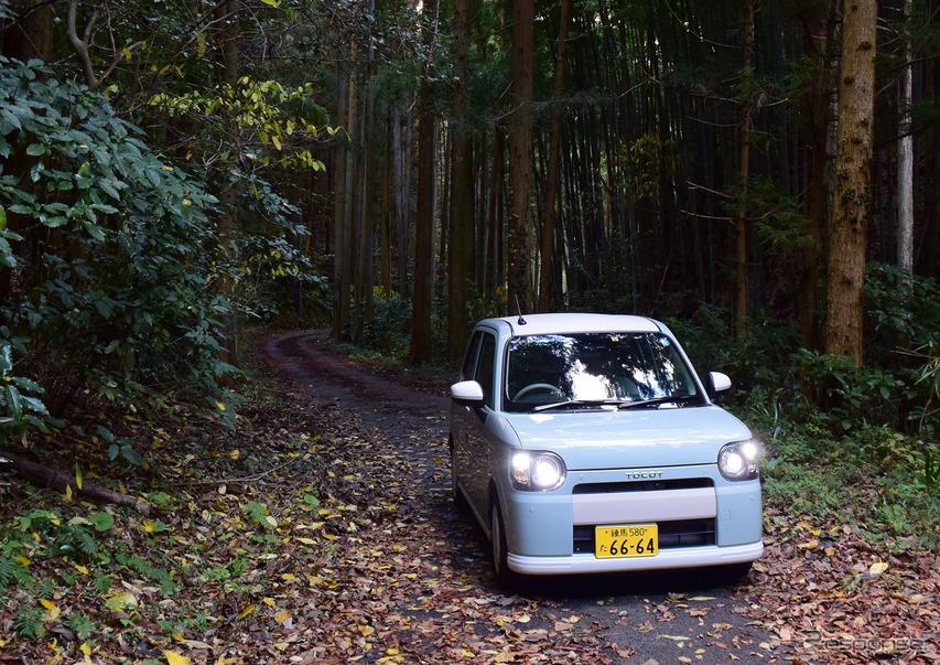 島根の山奥の隘路を走る。車幅の狭い軽自動車はこういうルートを走るには最高だ。