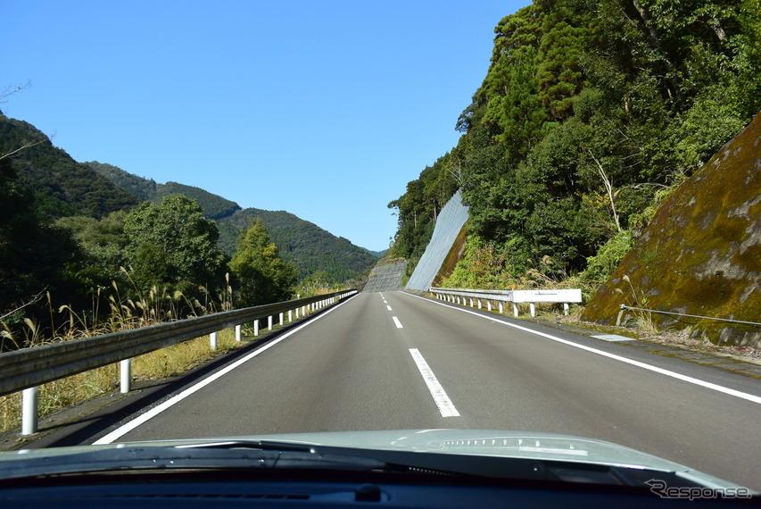 九州山地を走る。幹線は昔に比べるとずいぶん走りやすくなった。