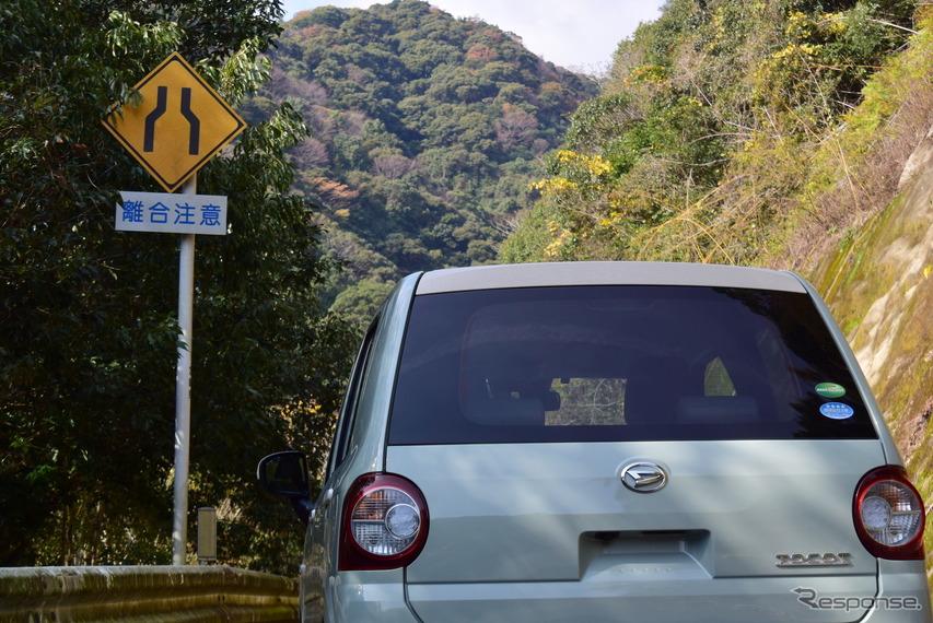 離合注意の看板。すれ違いを表す離合は九州方言という都市伝説があるが、れっきとした国交省用語だ。