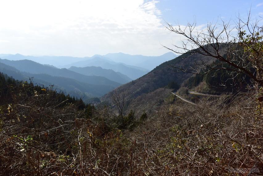 果てしなく山が続く九州山地。経路によってはワインディングロードが100km、200kmと続くのがこのエリアのドライブの特徴だ。足のいいクルマならストレスも少ない。