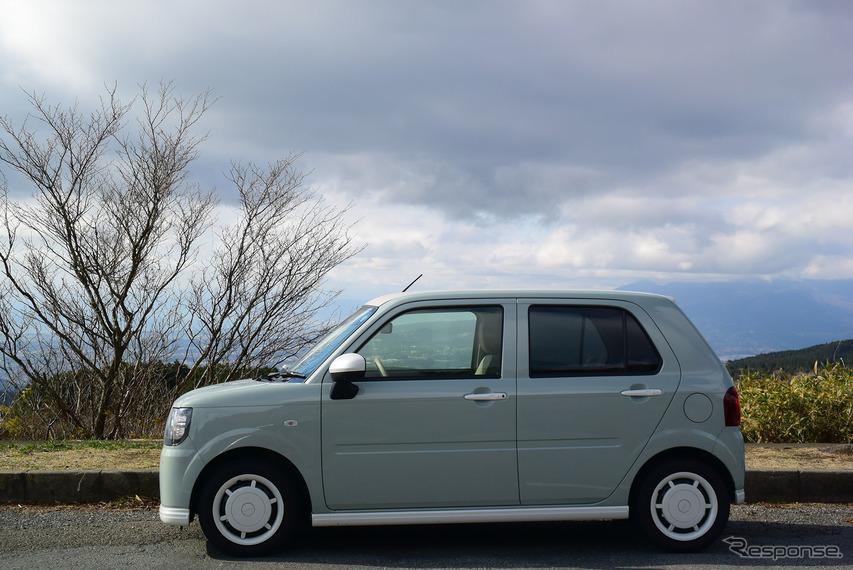"""ミラトコット「G""""SA III""""」サイド。静岡・神奈川県境の箱根峠にて。リアエンドまでルーフが伸ばされており、後席乗降性は上々だった。"""