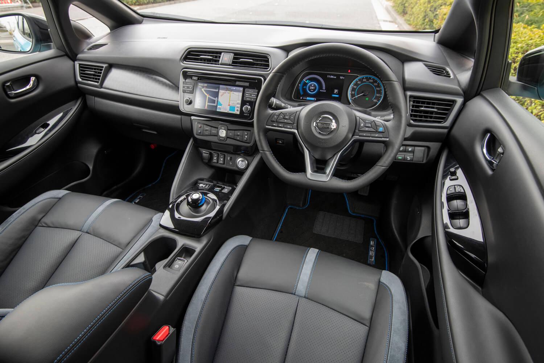 インテリアは標準車と共通。「G」グレードにはシート地に本革が採用される。