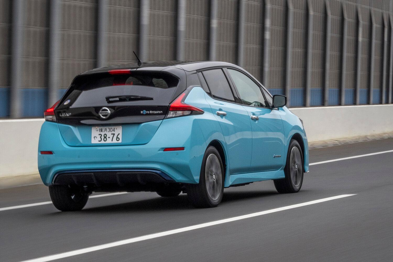 バッテリーの搭載セル数は標準車の192セルから1.5倍の288セルへ。車重も同グレードで160kg増え、さらなる低重心化が図られている。