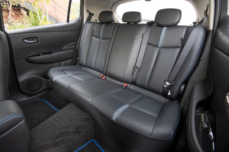 前席と同様、後席も標準車と共通。膝まわりには十分な余裕があった。