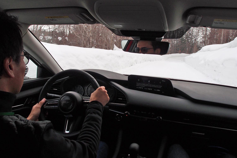 試乗コースを行く新型「マツダ3セダン」。「GVCプラス」のないFF車であれば不安を覚えそうな速度でも、安心して雪道を走らせることができた。