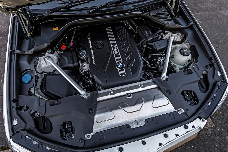 フロントに縦置きされる3リッター直列6気筒ディーゼルターボエンジンは、最高出力326ps、最大トルク680Nmを発生させる。