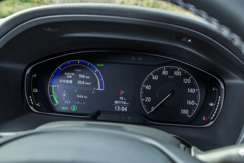 メーターパネルはフルデジタル。速度や燃費、パワープラントの作動状態、運転支援システムの作動状態など、さまざまな情報が表示されるが、ドイツ車のようにナビゲーションの表示機能は搭載されていない。