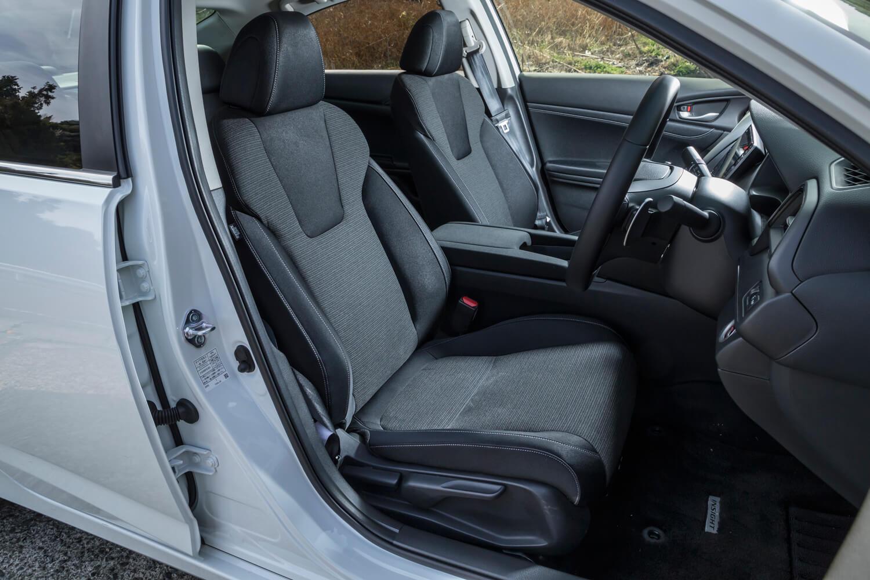 ファブリック表皮が用いられた「LX」のシート。電動調整機構の設定はないが、運転席と助手席にはシートヒーターが標準装備される。