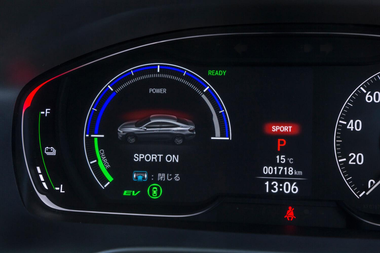 走行モード「SPORT」をオンにすると、アクセル操作に対するパワープラントの応答性が高まり、伸びのよい加速感を味わうことができる。