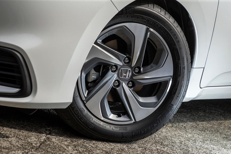 タイヤサイズは、「EX」や「EX・ブラックスタイル」が215/50R17なのに対し、「LX」は215/55R16。テスト車にはミシュランの低燃費タイヤが装着されていた。