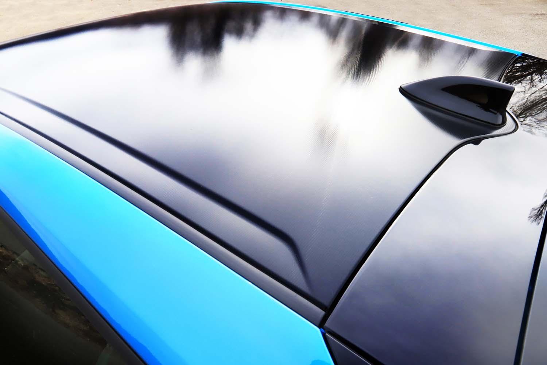 """今回のテスト車のグレードは17インチのタイヤ&ホイールやブラック塗装のリアバンパーなどを備えた「A""""ツーリングセレクション""""」。幾何学調のルーフフィルムは""""ツーリングセレクション""""のみに設定されるオプション装備(5万4000円)となる。"""