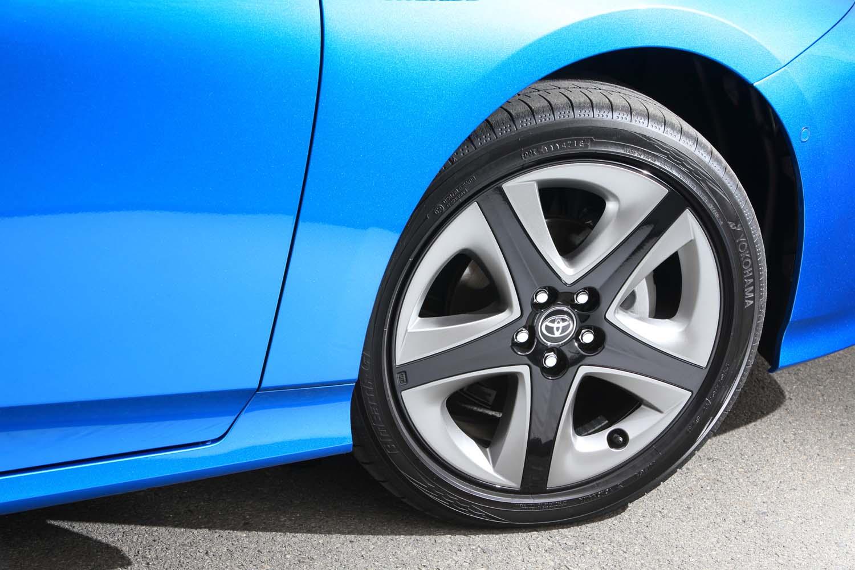 """""""ツーリングセレクション""""専用の17インチアルミホイールは、スポーク間の樹脂部分にチタン調塗装を施した新デザインに。テスト車に装着されていたタイヤは「ヨコハマ・ブルーアースGT」で、低燃費性能と高い走行性能を両立したとアピールされている。"""