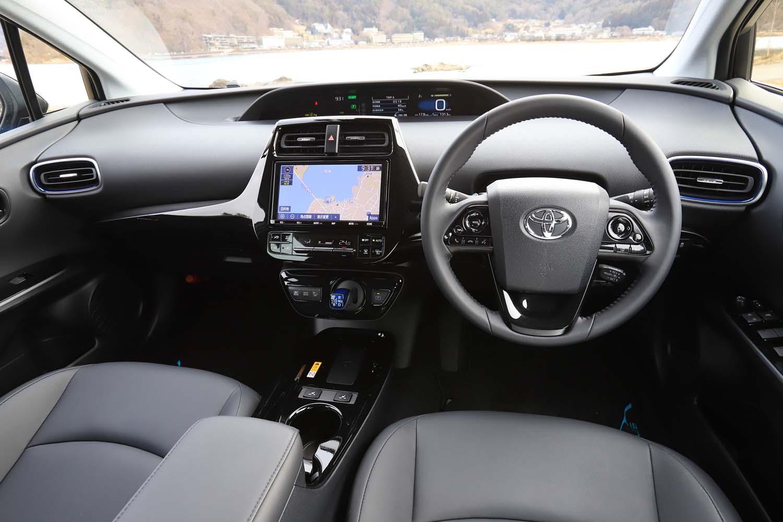 インストゥルメントパネルの眺めは従来モデルと変わらないが、「プリウスPHV」と同じ縦長ディスプレイの車載インフォテインメントシステムがオプション設定された(テスト車はノーマルの横長ディスプレイタイプ)。