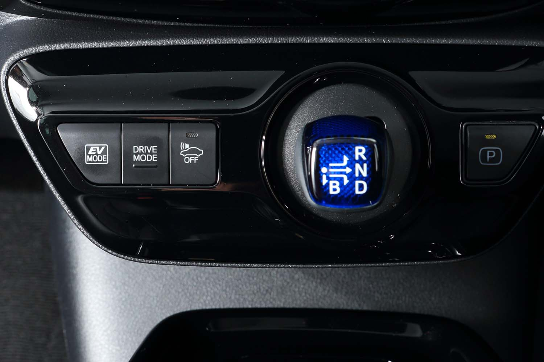 シフトセレクターの左側には、ドライブモードの切り替えボタンやEVモードのオン/オフボタンなどがレイアウトされている。