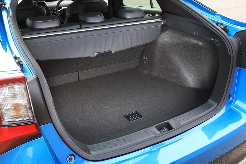荷室の容量はFF車(テスト車)で502リッター、4WD車で452リッターと公表されている。