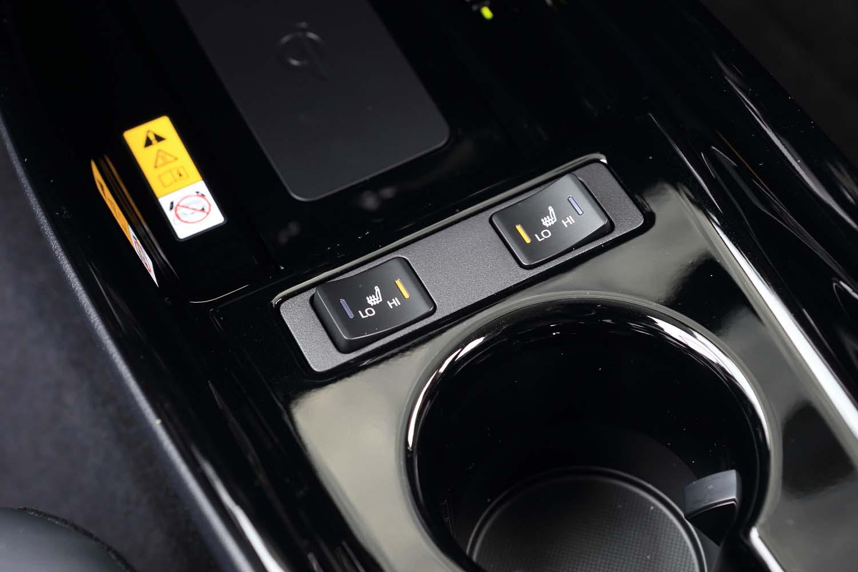 """「A""""ツーリングセレクション""""」では前席のシートヒーターが標準。今回のマイナーチェンジを機に、さらに上級のグレードではベンチレーション機能も標準化されている。"""