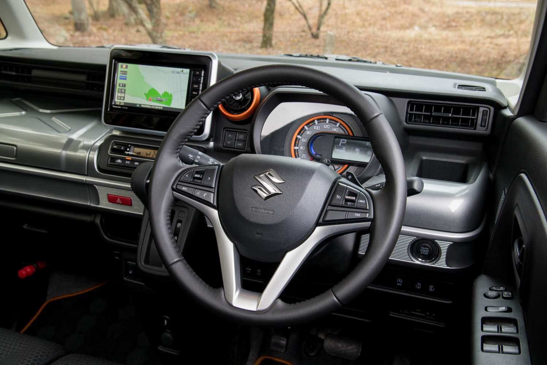 右側のステアリングスポークには、クルーズコントロールとパワーモードのボタンが並んでレイアウトされている。