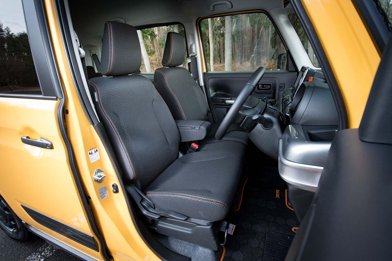 アウトドアユースを好む向きには、シート表皮のはっ水加工がうれしい。ステッチカラーはオレンジとなる。