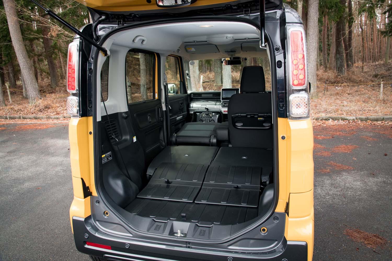 ラゲッジフロアと後席のシートバックは防汚仕様となっている。助手席の背もたれまで倒せば広大なラゲッジスペースが出現(写真)するが、助手席のシートバックは防汚仕様ではないので注意が必要。