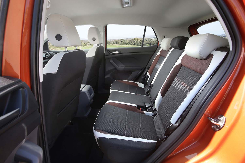 定員3人の後席は、荷室の使用状況に合わせて、前後に14cmスライドが可能。座面の地上高(652mm)は、前席(597mm)よりも55mm高く設定されている。