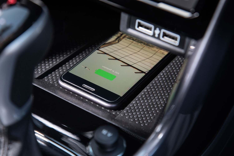 最新のSUVらしく、スマートフォンとの連携にも配慮。最大4つのUSBポートに加えてワイヤレス充電機能も利用できる。
