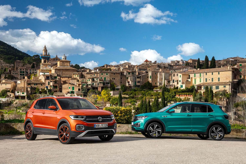 ボディーカラーは「エナジェティック オレンジメタリック」(写真左)や「マケナ ターコイズメタリック」(同右)など、全12色がラインナップされる。