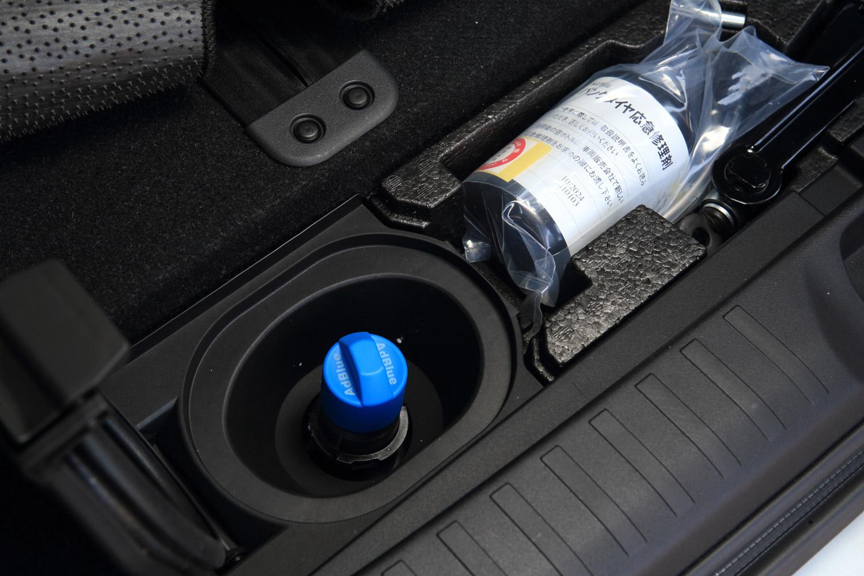 ラゲッジスペースの床下に備わる尿素水溶液の補充口。これまで車体下部につり下げられていたスペアタイヤは、尿素水溶水のタンクを搭載するために廃止された。