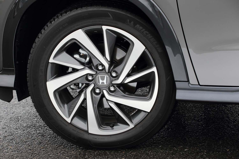 グレーの18インチアルミホイールも「ツーリング」専用アイテム。テスト車には「ミシュラン・プライマシー3」タイヤが装着されていた。